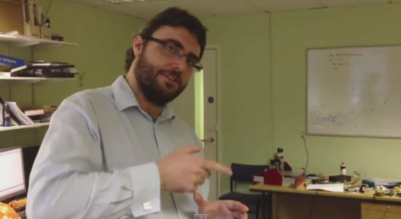 صورة مقابلة مع د. جون باصتارد في مختبره في جامعة ساوثهامتون